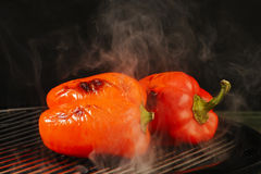 Griller le poivron rouge Images stock