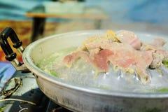 Griller le porc et la viande coupés en tranches sur le style chaud d'Asiatique de casserole Images libres de droits