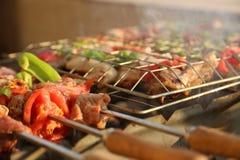 Griller le poulet sur le gril de barbecue Image stock