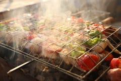 Griller le poulet sur le gril de barbecue Images stock