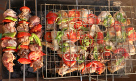 Griller le poulet sur le gril de barbecue Photo stock