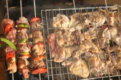 Griller le poulet sur le gril de barbecue Photos libres de droits