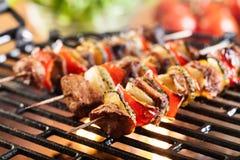 Griller le shashlik sur le gril de barbecue photographie stock libre de droits