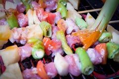 Griller le shashlik sur le gril de barbecue Images stock