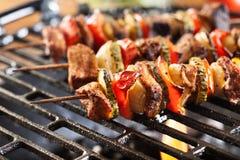 Griller le shashlik sur le gril de barbecue photo libre de droits