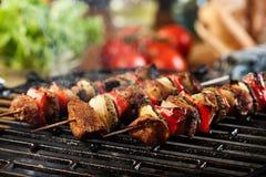 Griller le shashlik sur le gril de barbecue image stock