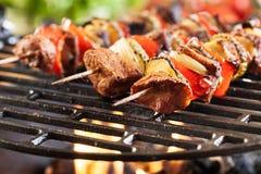 Griller le shashlik sur le gril de barbecue photos stock
