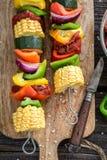 Griller les brochettes savoureuses avec les légumes et la viande en été photo libre de droits