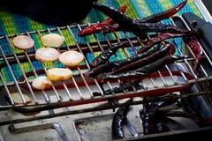 Griller les piments et le galanga secs Images libres de droits