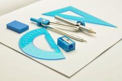 Grilles de tabulation, compas, gomme à effacer avec l'affûteuse pour le noteb Photos stock