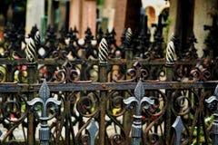 Grilles ornementales dans le cimetière photos stock
