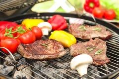Grillez avec de la viande et des légumes dehors, plan rapproché Photographie stock