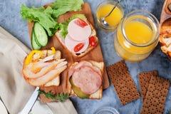 Grillez avec de la viande, le poulet, saucisse de panneau de pain différent ci-dessus de sortes photos libres de droits