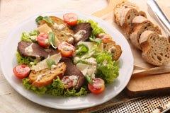Grillez avec du fromage de boeuf de rôti et les légumes frais de ressort photos stock