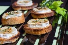 Pain grillé et fromage de chèvre image stock