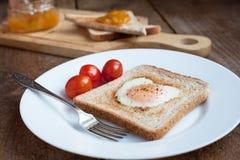Grillez avec l'oeuf au plat sous forme de coeur et tomates-cerises Photographie stock libre de droits