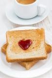 Grillez avec la confiture sous forme de coeur et café, plan rapproché Image stock