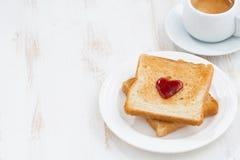Grillez avec la confiture sous forme de coeur et café sur le blanc Photo libre de droits