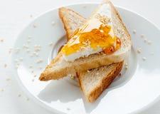 Grillez avec le fromage blanc, le sésame et le miel Image stock