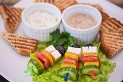 Grillez avec les légumes et l'olive de fromage sur le bâton Photographie stock