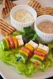 Grillez avec les légumes et l'olive de fromage sur le bâton Image libre de droits