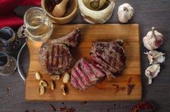 Grillez la composition en bifteck d'oeil de nervure de viande sur le fond en bois Photo stock