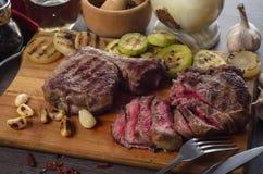 Grillez la composition en bifteck d'oeil de nervure de viande sur le fond en bois Image stock