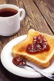 Grillez le pain avec la confiture et la tasse de thé Image stock