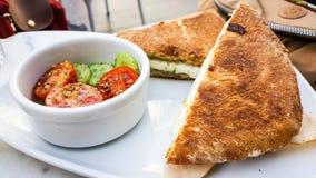 Grillez le sandwich avec du fromage fondu, servi avec les tomates et le concombre image stock