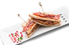 Grillez le sandwich avec du jambon, l'oignon et le fromage du plat blanc, d'isolement sur le fond blanc Photographie stock
