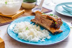 Grillez les nervures de boeuf et les garnissez du riz blanc d'un plat de turquoise Cuisine asiatique photo stock