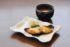 Grillez les poissons de Gindara ou de sable avec du potage de miso Images stock