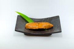 Grillez les saumons avec la sauce de soja sur le fond blanc Images libres de droits
