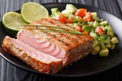 Grillez tout entier le bifteck de thon avec le plan rapproché de Salsa de concombre de chaux et d'avocat Photos libres de droits