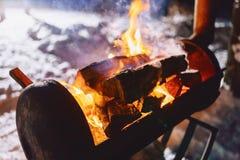 Grillez tout entier le gril dans le complexe couvert de neige dans la fumée photographie stock libre de droits