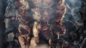 Grillfest av kött som grillas på kol lager videofilmer