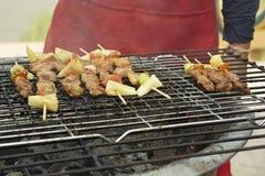 Grillfest, BBQ, gatamat och loppmarknad i Thailand arkivbild