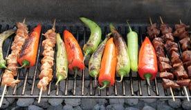Grillfest BBQ - kebab på varmt galler Arkivbild
