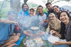 Grillfest i skogen, medan campa tillsammans royaltyfri fotografi