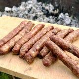 Grillfest med brännheta bayerska korvar på galler i trädgård utomhus arkivbild