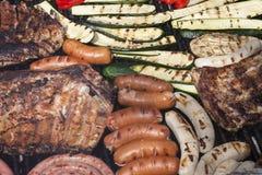Grillfest med kött och grönsaker Arkivbilder