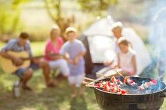Grillfest och familj på att campa Arkivfoto