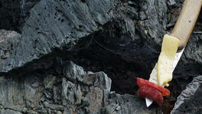 Grillfest på brand i sprickan i det djupfrysta lavaflödet resultera från utbrottlägenheten Tolbachik i 2012 arkivfilmer