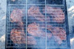 Grillfest på gallret Matlagningmeat på grilla royaltyfri bild