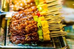 Grillfest på matmarknad i Chiang Rai - Thailand arkivbild