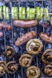 Grillfest på naturen i kebaben för korvar för kött för sommarchampinjonzucchini som grillas över kol royaltyfri fotografi