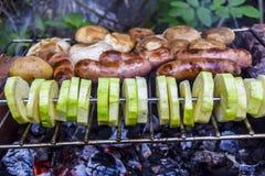 Grillfest p? naturen i kebaben f?r korvar f?r k?tt f?r sommarchampinjonzucchini som grillas ?ver kol royaltyfri bild