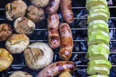 Grillfest p? naturen i kebaben f?r korvar f?r k?tt f?r sommarchampinjonzucchini som grillas ?ver kol arkivfoton