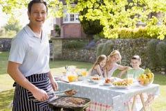 grillfest som tycker om familjen Royaltyfri Bild