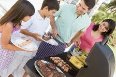 grillfest som tycker om familjen Royaltyfri Fotografi